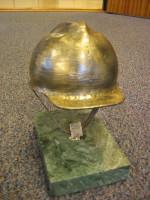 Arbeidshjelm, kunstmodell bronse på marmor fot